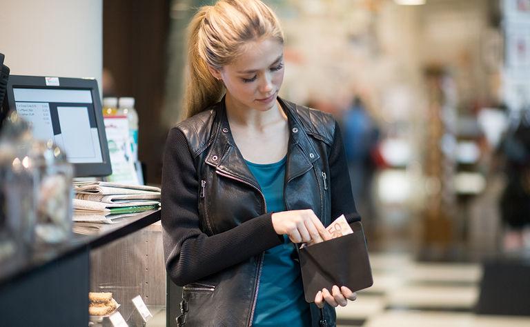 iPhone, Geld und Karten im Wallet Case schnell griffbereit